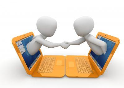 Dois bonecos se cumprimentando através do computador