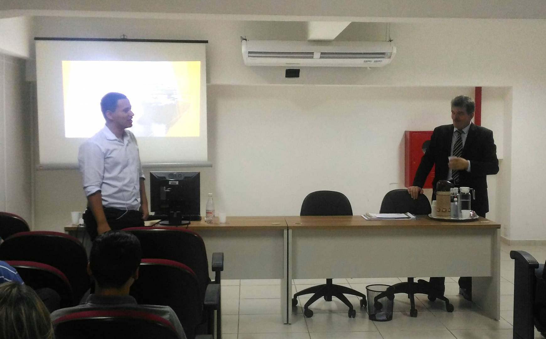"""Servidor David Pinto, do RH da instituição, abre palestra sobre """"Liderança"""" promovida pelo secretário Cesar Augusto Barbiero."""